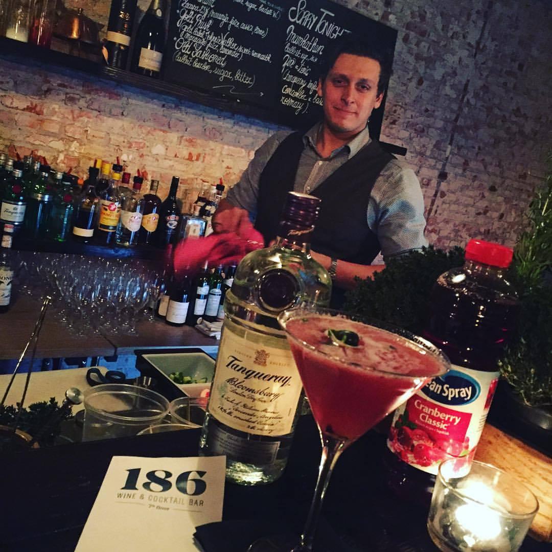 Un bar à vin et à cocktails à Bruxelles. Une vue insolite et originale